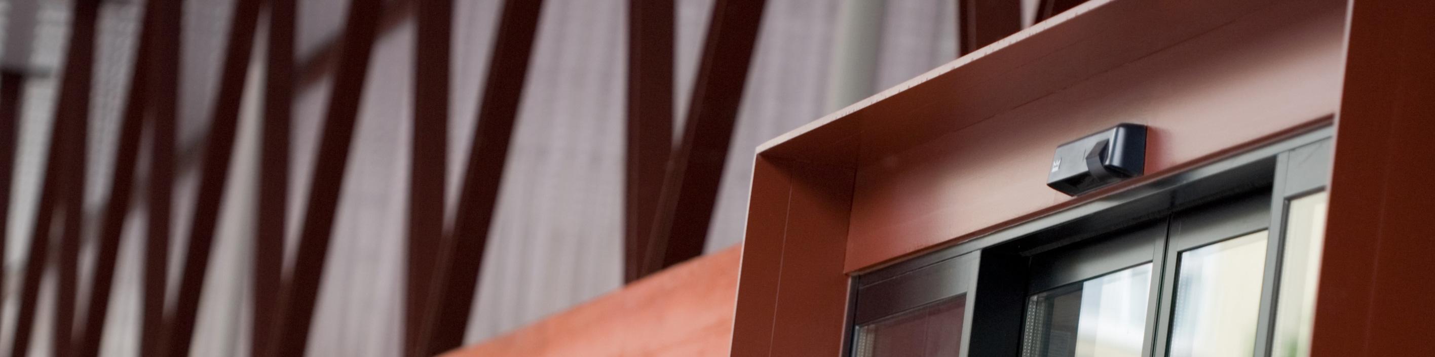 Alustahl-Eingangsanlage-mit-automatischer-Schiebetuer-frontseite_slider